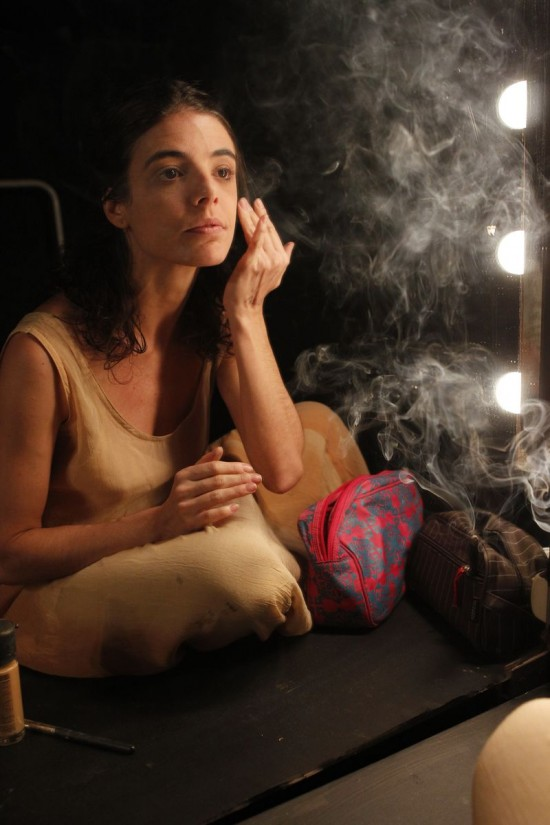 WEIL X WEIL Natalia Gonsales no camarim de 'A Última Dança'; como Georgette Fadel, a atriz também se inspirou em Simone Weil para sua peça, que estreia em 13/6 no Viga (Lenise Pinheiro/Folhapress)