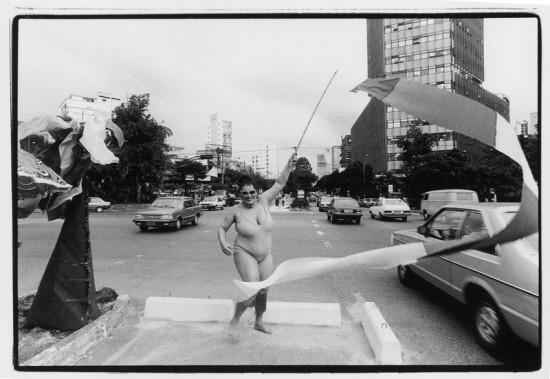 """A atriz Teuda Bara na performance """"Queremos Praia, UAI"""", na av. Afonso Pena, em BH, em 1977, inspirada no encontro com Chacrinha e nas chacretes (Eugenio Sávio/Acervo Pessoal)"""