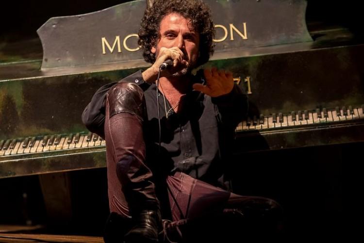 Eriberto Leão como Jim Morrison em 'Jim'; com texto de Walter Daguerre e direção de Paulo de Moraes, a peça estreia no dia 28 de outubro no Teatro Vivo (Humberto Araújo/Divulgação)