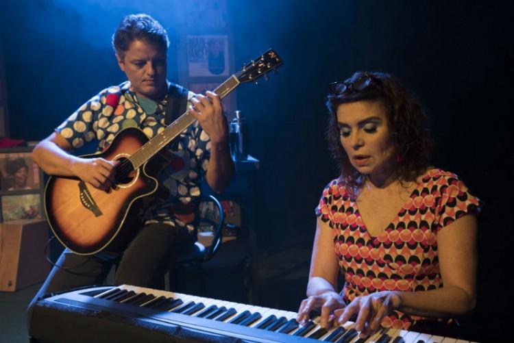 O músico Marco Gérard e a atriz Françoise Forton em 'Um Amor de Vinil', peça de Flávio Marinho com direção de André Paes Leme que estreia em 11/11 no no Teatro Raul Cortez (Pedro Murad/Divulgação)