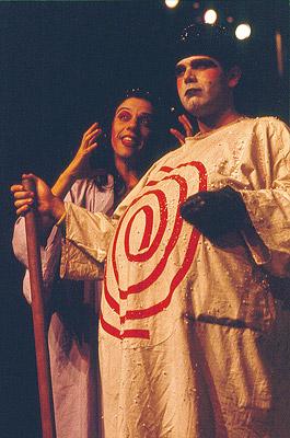 Rosi Campos e Cacá Rosset como Mãe e Pai Ubu na montagem do Teatro do Ornitorrinco de 1985 (João Caldas/Acervo Idart/Centro Cultural São Paulo)