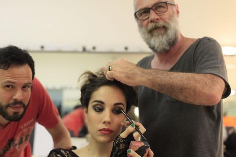 CAMARIM Leopoldo Pacheco prepara o visagismo da atriz Myra Ruiz (intérprete de Maureen) nos bastidores do musical 'Rent', em cartaz no Teatro Shopping Frei Caneca; à esq., o assistente de direção Thiago Ledier (Lenise Pinheiro/Folhapress)