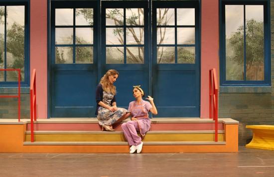 Rosanne Mulholland como professora Helena e Marcia de Oliveira como Graça em 'Carrossel, o Musical', que estreia em 20/1 no Teatro Santander (Giovana Cirne/Divulgação)